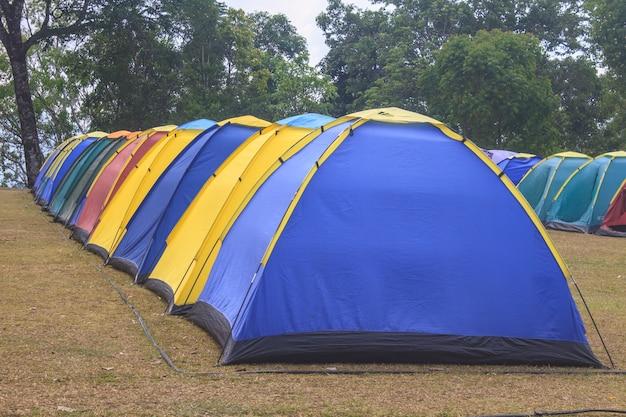 Tente colorée sur le terrain de camping