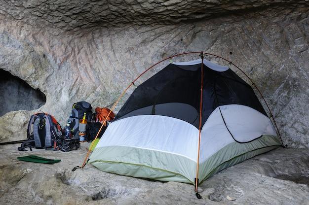 Tente dans la grotte