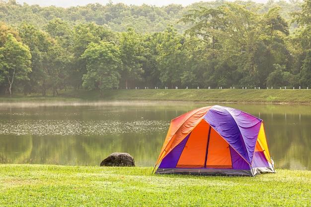 Tente dôme camping près d'un lac