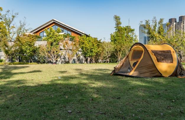 La tente est dans le parc, nouvelle ville de qianjiang, chine, hangzhou