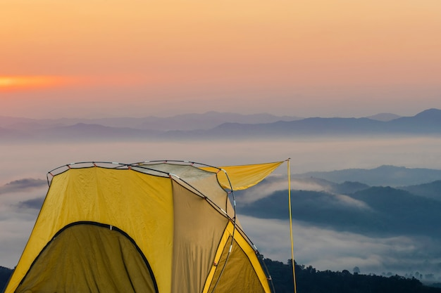 Tente jaune au point de vue à doi sa-ngo, chiang sean, province de chiang rai, thaïlande.