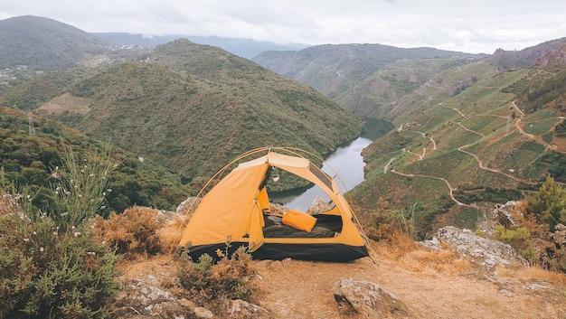 Tente jaune dans le sil canyon en espagne