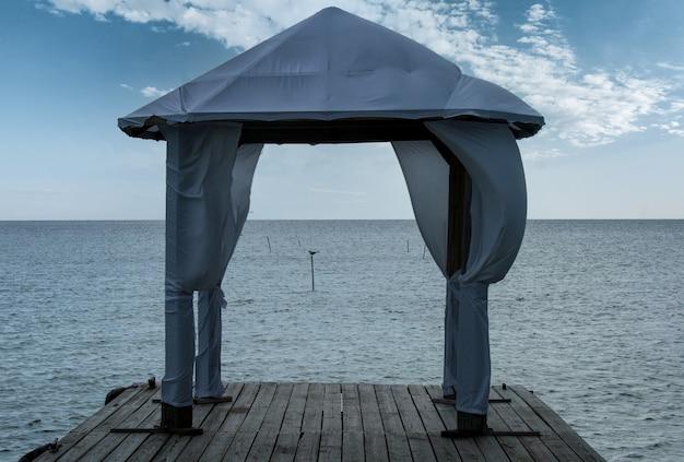 Tente de mariage sur une plate-forme en bois sur le front de mer de porto rico