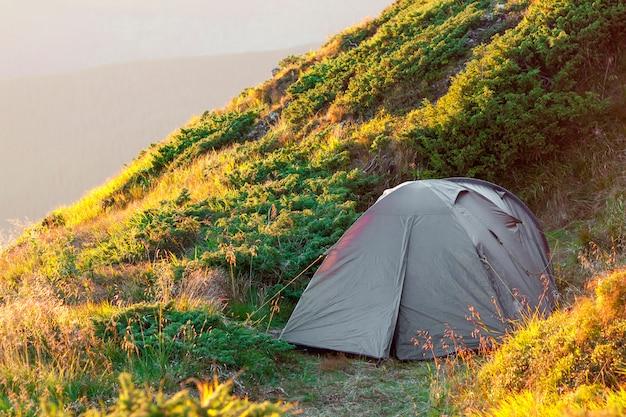 Tente de randonneurs dans les montagnes sur une soirée d'été ensoleillée