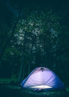 Tente rougeoyante la nuit