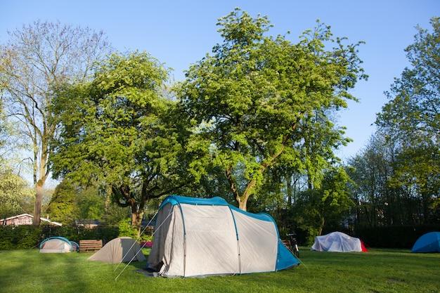 Tente sur un terrain de camping au lever du soleil