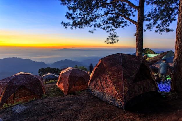 Tente touristique au paysage du lever du soleil.