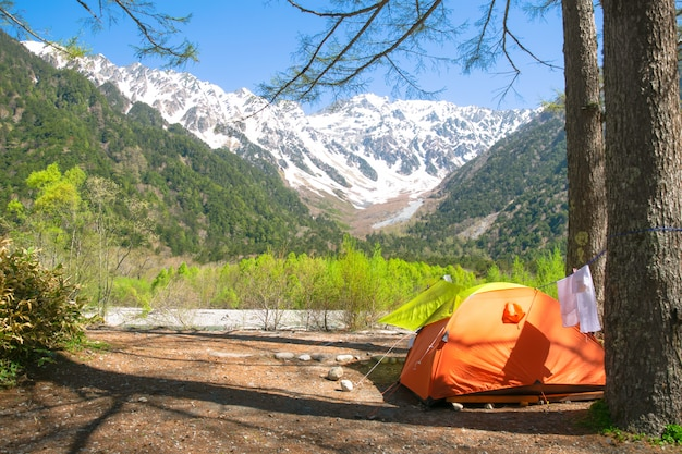 La tente avec vue sur la montagne des alpes japonaises, japon