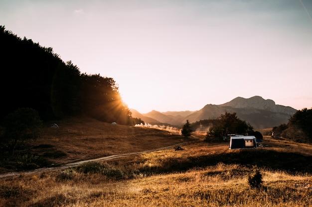 Tentes au coucher du soleil dans les montagnes
