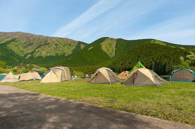 Tentes de camping du terrain de camping du lac tanuki dans la ville de fujinomiya, préfecture de shizuoka, au japon