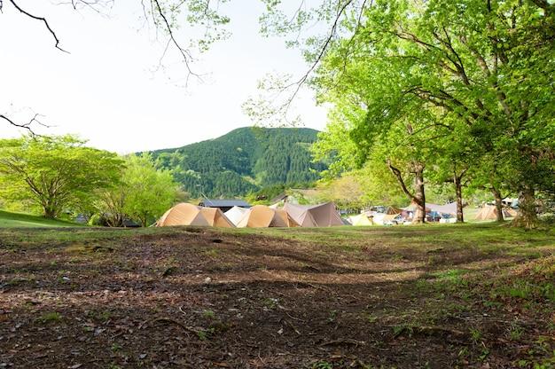 Tentes de camping terrain de camping du lac tanuki dans la ville de fujinomiya, préfecture de shizuoka, au japon