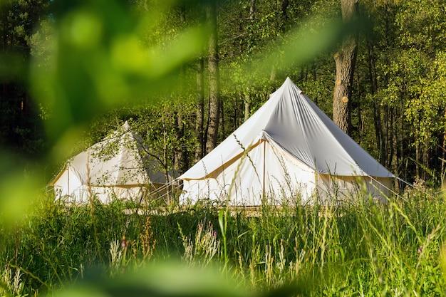 Tentes de cloche de toile de camping à l'extérieur