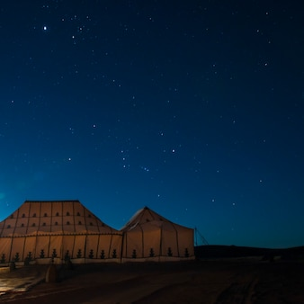Tentes à erg chigaga camp de désert de luxe dans le désert du sahara, souss-massa-draa, maroc