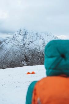 Tentes à une montagne enneigée