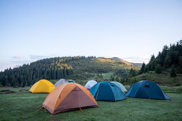 Tentes de randonnée dans les montagnes en plein air. tentes de trekking colorées outsige