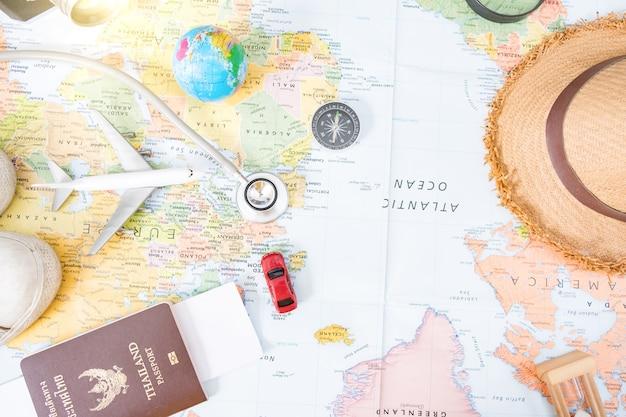 Tenue et accessoires du voyageur avec espace de copie, concept de voyage. vue aérienne des accessoires du voyageur, articles de vacances essentiels, concept de voyage sur fond en bois. vue de dessus.