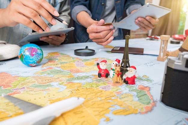 Tenue et accessoires du voyageur avec espace de copie concept de voyagevue aérienne du voyageur