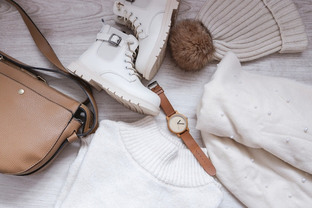 Tenue d'automne avec pull, sac, chapeau, écharpe et bottes, vue de dessus de l'idée de tenue de saison automne hiver avec lunettes et accessoire de montre