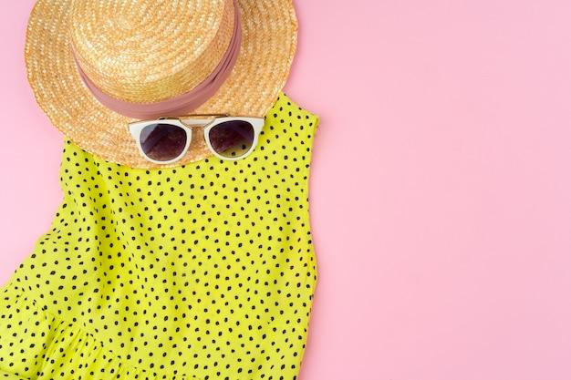 Tenue d'été élégante pour femme sur fond rose pastel