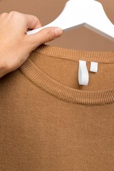 Tenue avec étiquette de vêtements sur cintre