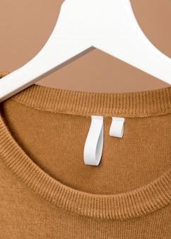 Tenue avec étiquette de vêtements sur gros plan cintre