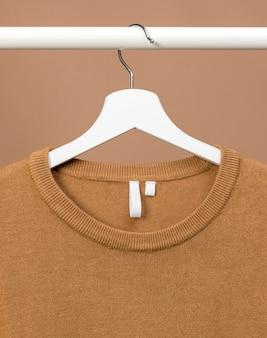 Tenue avec étiquette de vêtements tenue par cintre