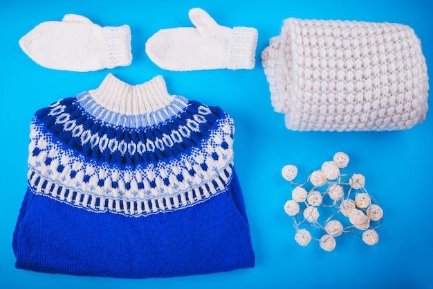 Tenue féminine d'hiver. ensemble de vêtements et accessoires