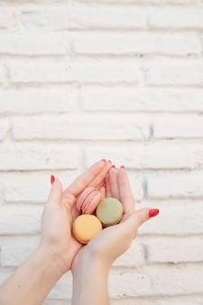Tenue femme, macarons, dans, elle, mains