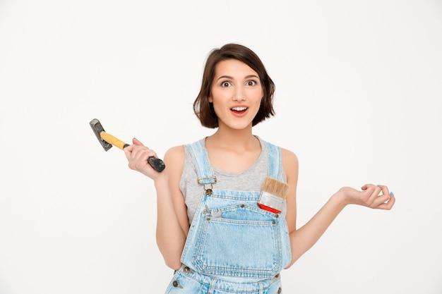 Tenue femme, marteau, rénovation, maison, bâtiment