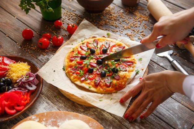 Tenue femme, morceau pizza