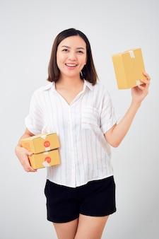 Tenue femme, paquet, colis, boîte