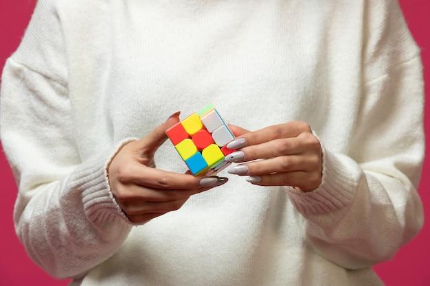 Tenue femme, rubik's, cube, dans, mains