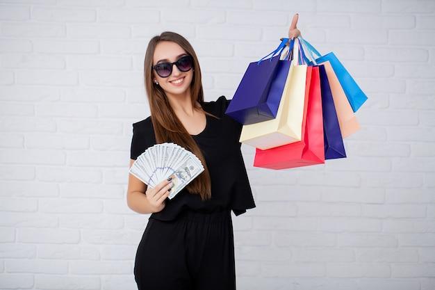 Tenue femme, sacs provisions, dans, noir, vendredi, vacances