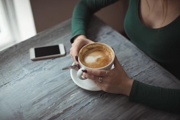 Tenue femme, tasse café