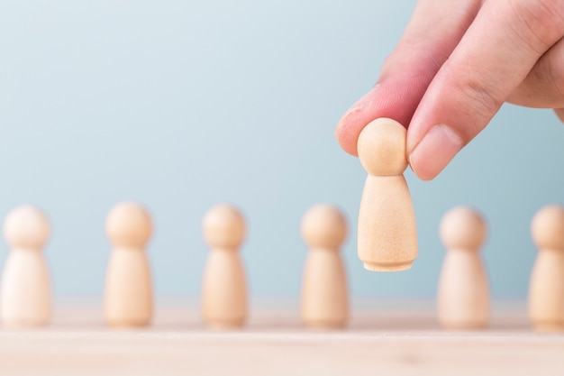 La tenue de main choisit un leadership pour réussir dans les affaires, le concept est le leadership et la victoire d'équipe dans les affaires.