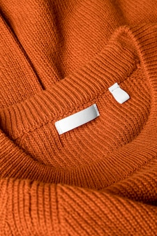 Tenue orange avec étiquette de vêtements close-up