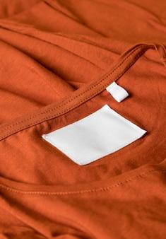 Tenue orange avec étiquette de vêtements