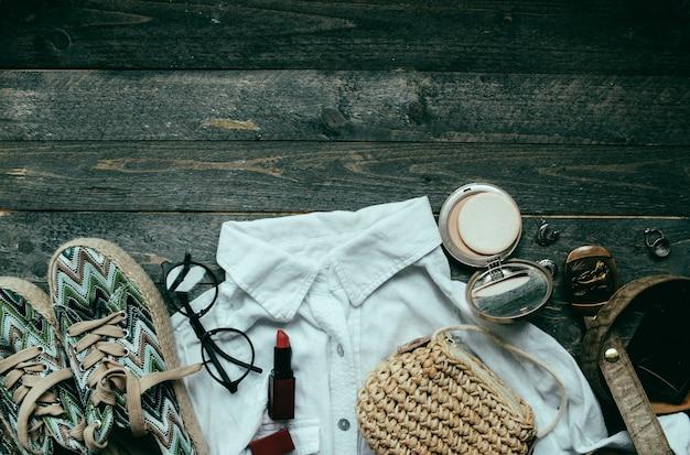 Tenue pour femme avec chemise blanche et accessoires