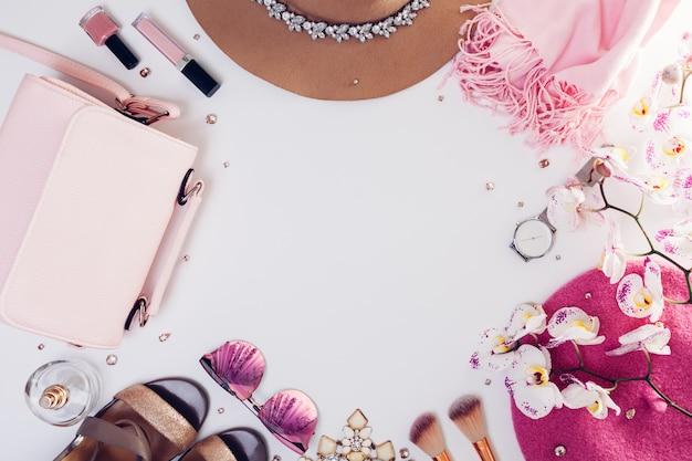 Tenue de printemps femme. ensemble de vêtements, chaussures et accessoires avec orchidée.