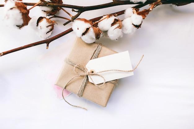 Tenue de printemps pour femmes, bouquet de coton et un cadeau