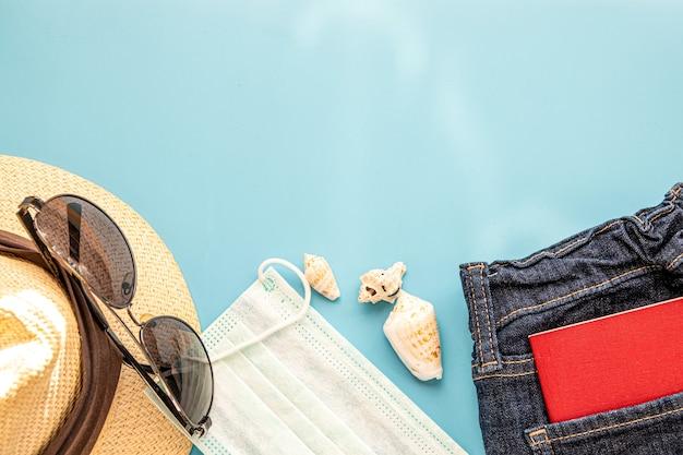Tenue de voyageur, étudiant, adolescent, jeune femme ou homme. frais généraux des éléments essentiels pour les jeunes modernes. différents objets sur fond. flatlay