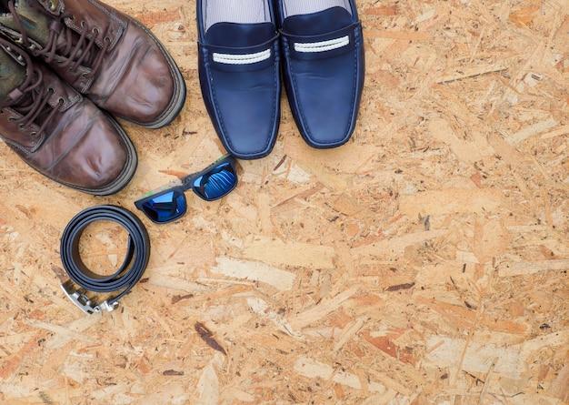 Tenues décontractées pour hommes avec accessoires en cuir sur fond de bois, concept de mode.