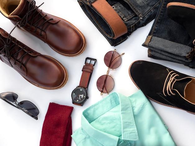 Tenues de mode créative pour les vêtements décontractés pour hommes mis sur le blanc. vue de dessus