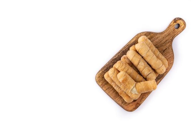 Tequeos d'amérique latine farcis au fromage isolé sur fond blanc