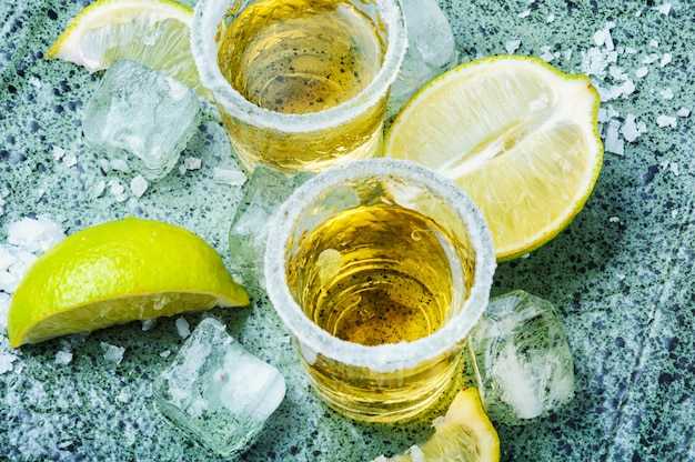 Tequila coupée à la lime et au sel
