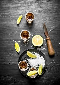 Tequila avec du sel et de la chaux. au tableau.