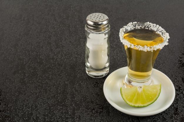 Tequila or sur fond noir