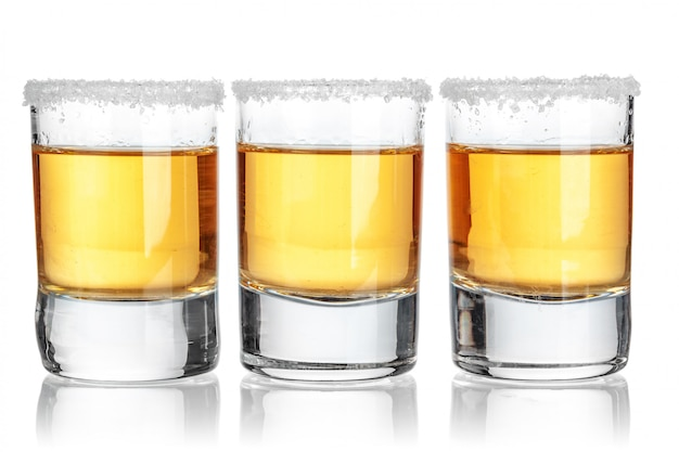 Tequila or tourné isolé sur blanc