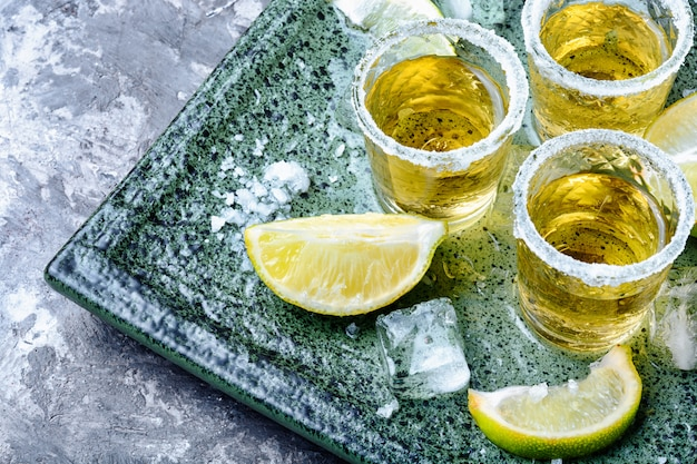 Tequila shot à la lime et au sel