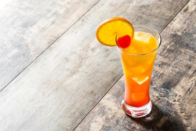 Tequila sunrise cocktail en verre sur table en bois avec espace copie